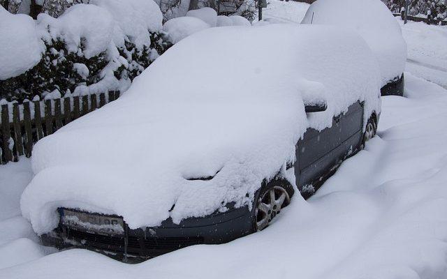 Mycket snö på parkeringsplatserna!